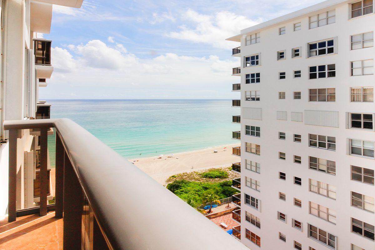 #22agosto #miamibeach #negocios #luxury #realestate  Celebrity chef Eric Ripert sells Miami Beach condo for $413K  http:// ow.ly/OV7r30eBeW1  &nbsp;  <br>http://pic.twitter.com/qs9OPqb2CG