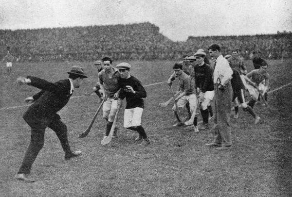 Michael Collins throwing in the sliotar at the 1921 #AllIrelandFinal @CrokePark #Dublin - Ambushed and Killed at Béal na Bláth Aug 22 1922 <br>http://pic.twitter.com/enUrzcbxnM