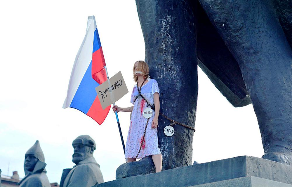 This woman chained herself to a giant Lenin statue to symbolize a dying #Russia https://t.co/4obXzOMT86
