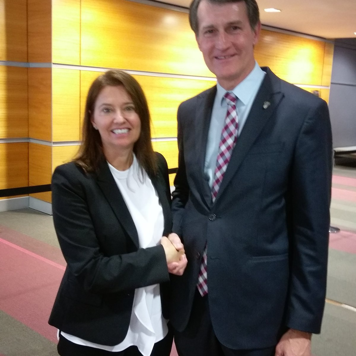 Karen Hodgson of #Translationz enjoyed meeting the Lord Mayor of Brisbane Graham Quirk at the Opening Ceremony of #fitcongress2017 <br>http://pic.twitter.com/kIebU4DzED