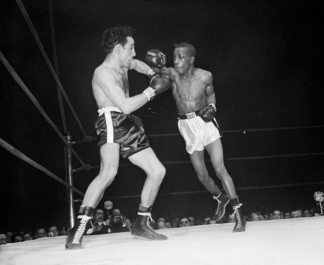 An action shot from Willie Pep and Sandy Saddler&#39;s 1949 rematch, voted &quot;Fight of the Year&quot; by The Ring #boxing #history<br>http://pic.twitter.com/LzIoq0GECn