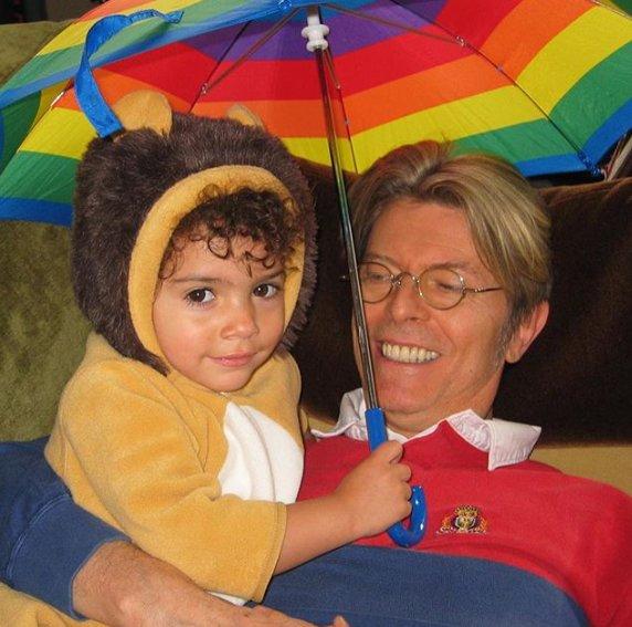 Tem história de amor mais linda que de @DavidBowieReal e @The_Real_IMAN? Quem ganhou homenagem foi a filha do casal: https://t.co/eDnHDh0Ejx