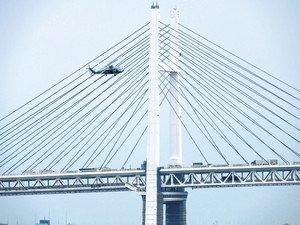 米軍ヘリ、ベイブリッジに低空接近 市民団体が撮影 真横飛行「危険だ」  この写真を見て、危ないと思わない人はいないのではないでしょうか。あらためて米軍は、すぐそこにあるということを感じさせられます https://t.co/e2NFwXZkjm
