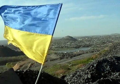 Happy 🇺🇦 National Flag Day! Photo: Ukrainian flag on one of the slag heaps in occupied Donetsk (October 2016)