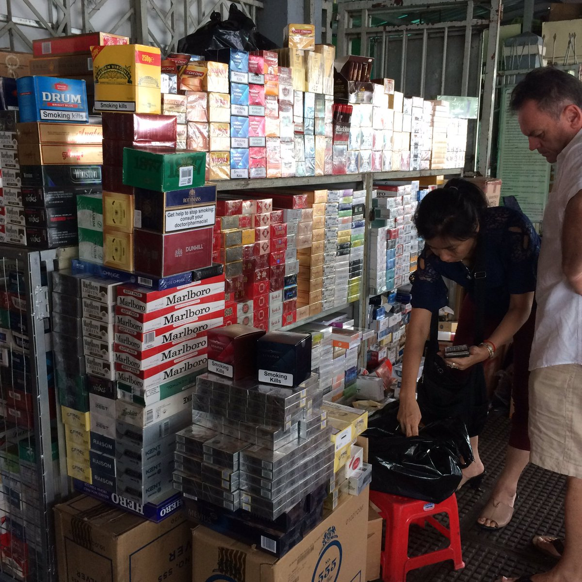 Glad I stopped smoking before coming to Phnom Penh. Plentiful and VERY cheap. #cheaptobacco pic.twitter.com/2qWwvsF8ef