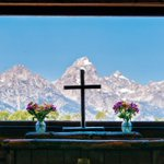 小さな教会に入ってみると、窓の向こうにロッキー山脈がまるで絵のように見えていました。今日もお疲れさま…