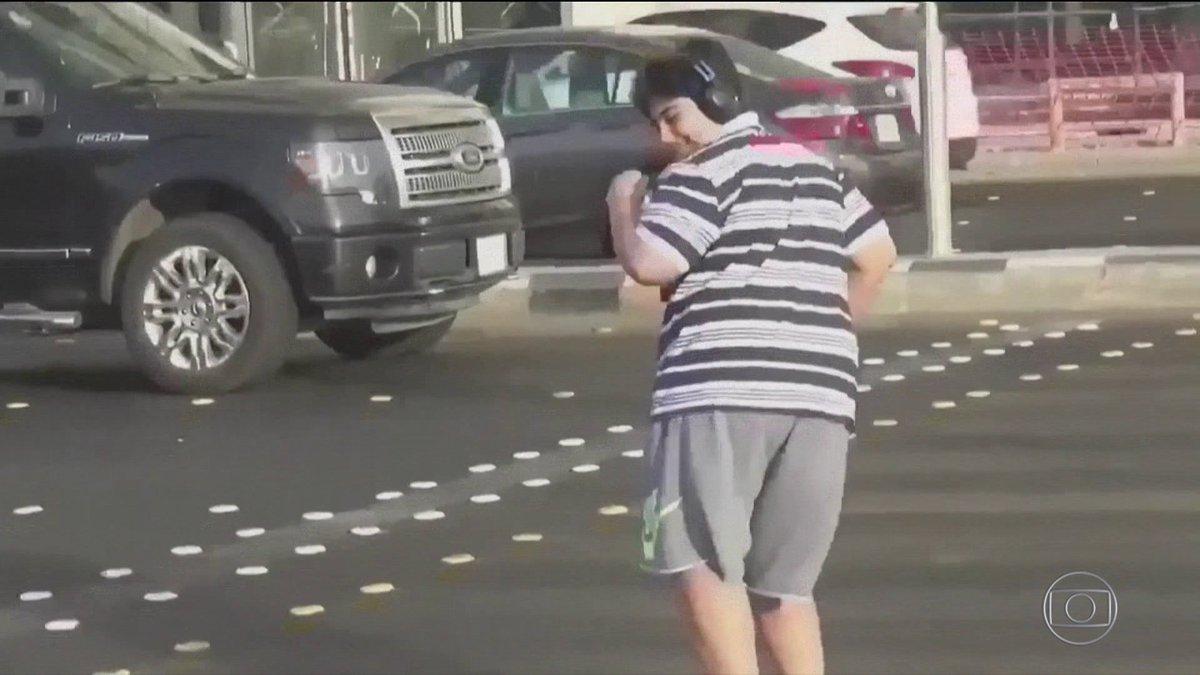 Arábia Saudida solta jovem preso por dançar 'Macarena' no meio da rua. Entenda: https://t.co/ucsHGXvWX0 #BomDiaBrasil