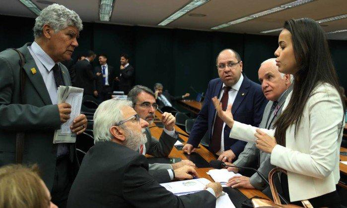 Comissão aprova PEC do fim das coligações e da cláusula de barreira. https://t.co/jMAKAZpmWA
