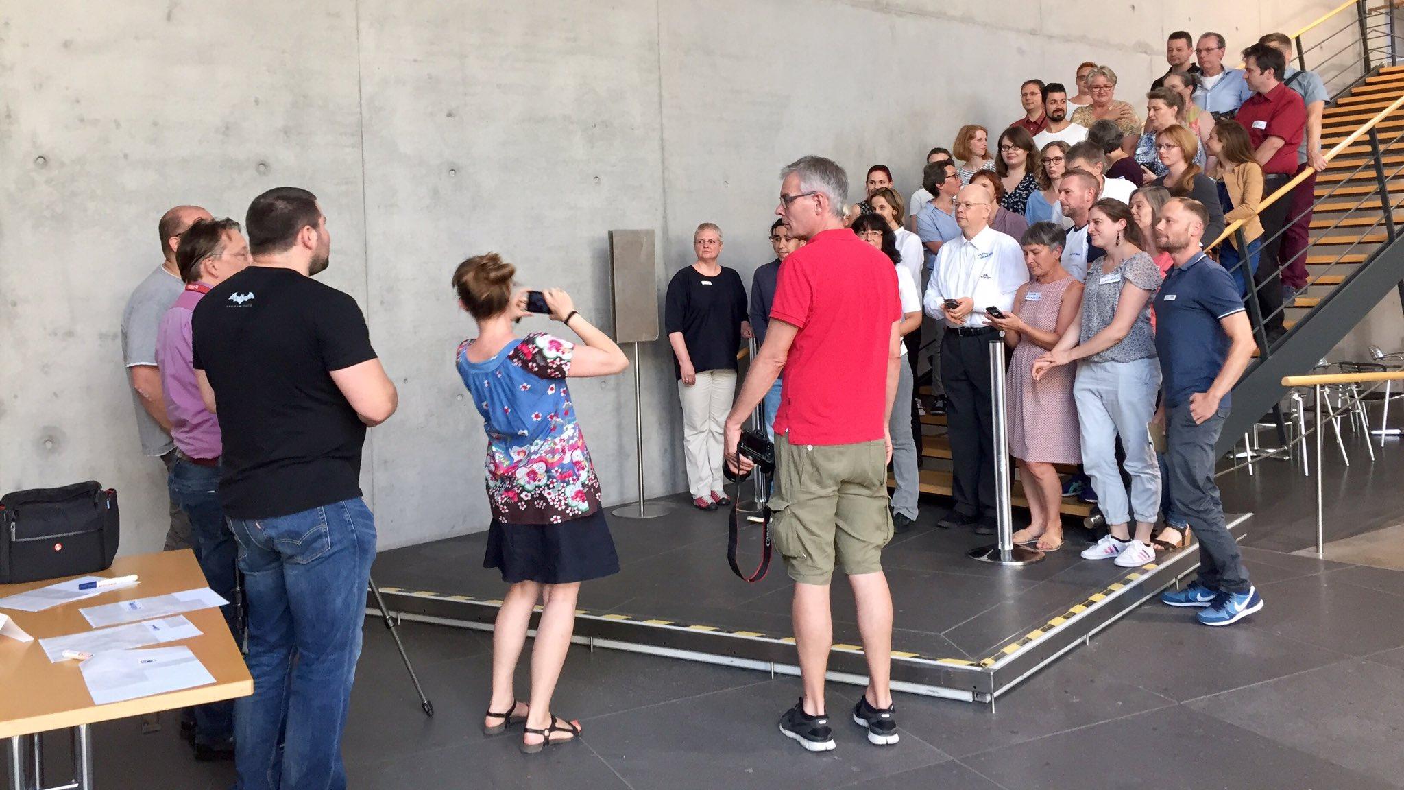 Aufstellung zum Gruppenfoto beim Social Media Walk bei uns in Frankfurt #dnbsmcffm Unklar, ob das heute noch fertig wird ... https://t.co/98hCTNcS2S