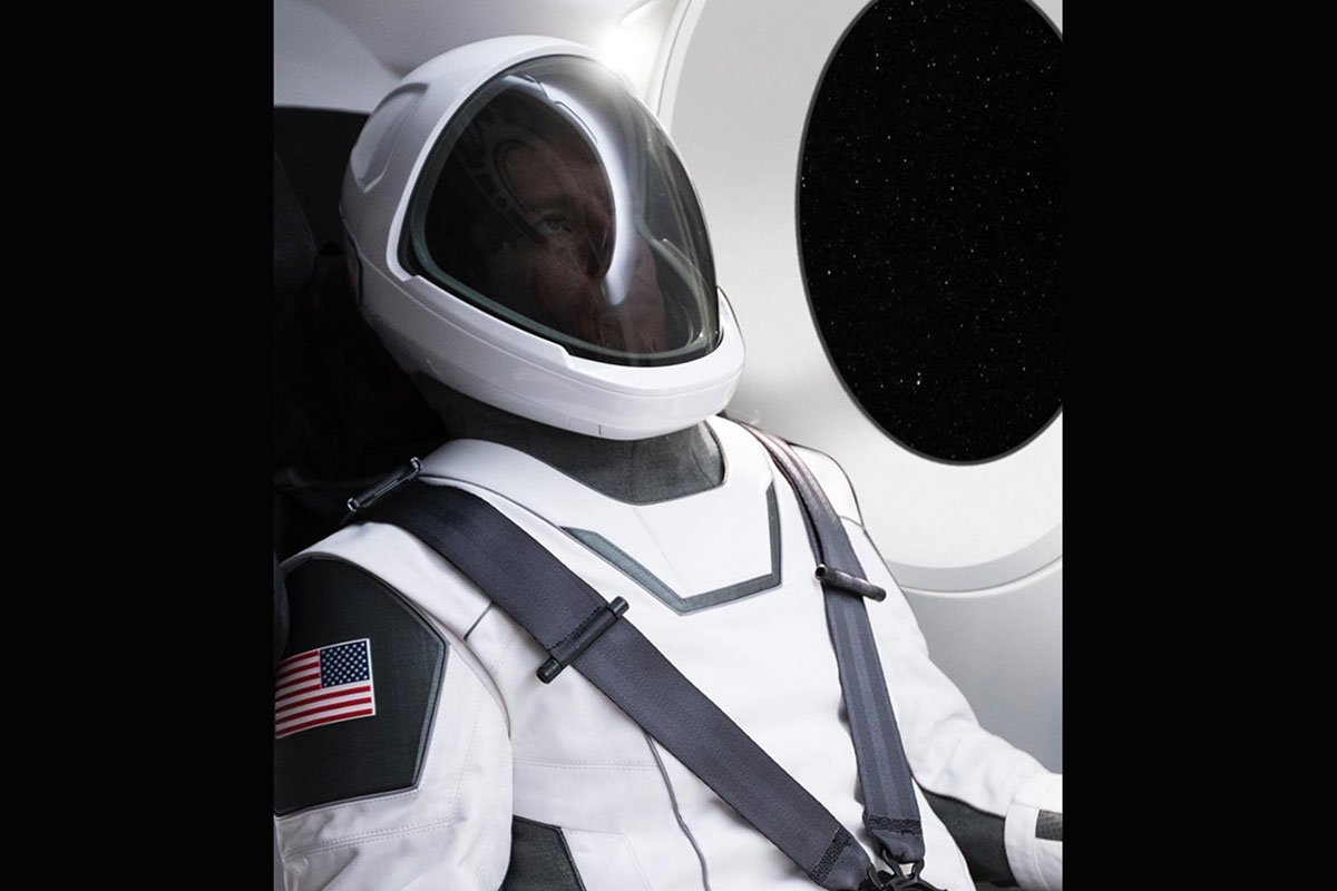 SpaceX unveils new suit design, modeled by Elon Musk himself: https://t.co/ERNnczmN5W