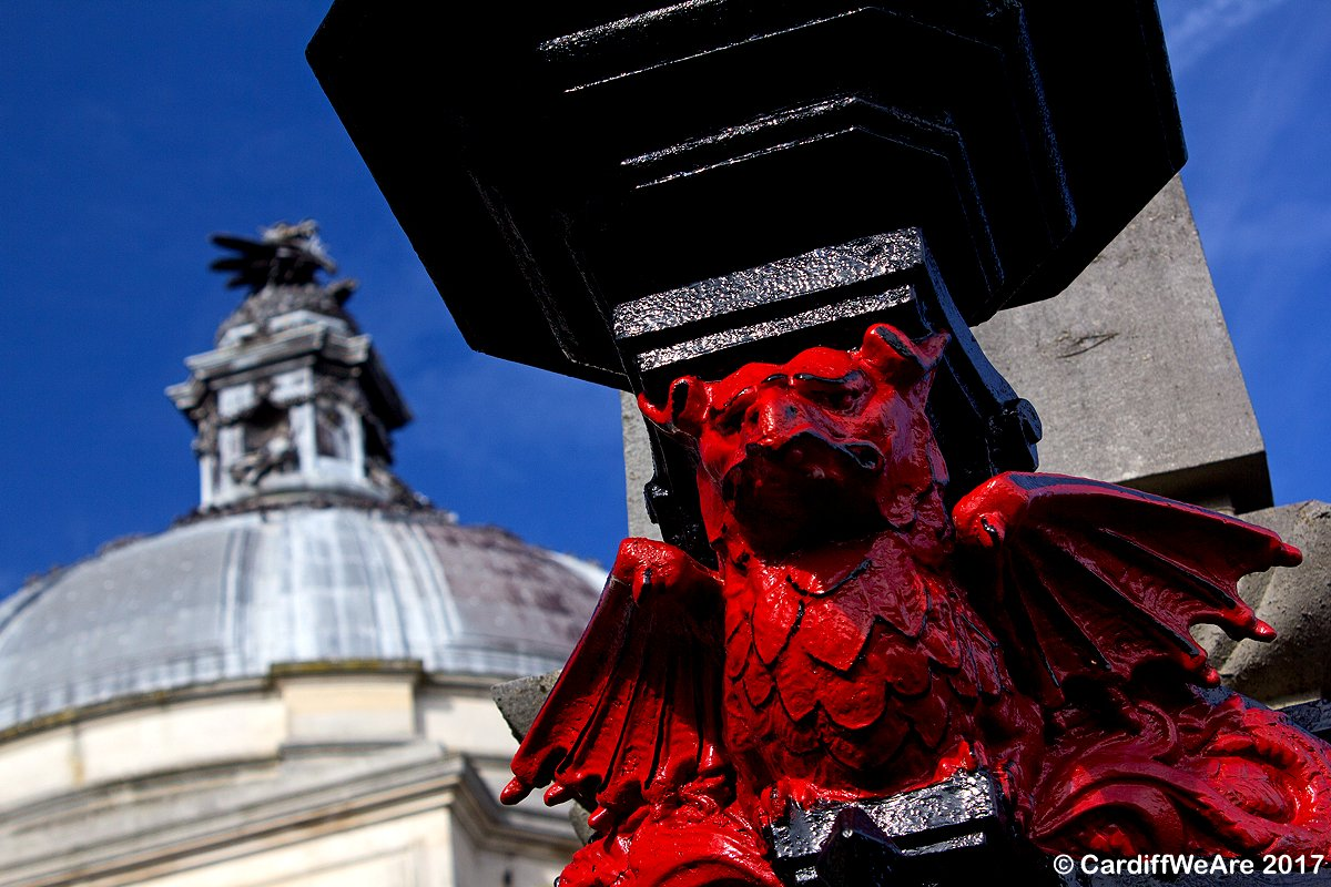 One of the amazing Red Dragons outside #Cardiff City Hall.  #colur #CardiffWeAre #Cymru #Caerdydd #Wales @cardiffcouncil @ParkPlazaCardif<br>http://pic.twitter.com/HASqdL513F