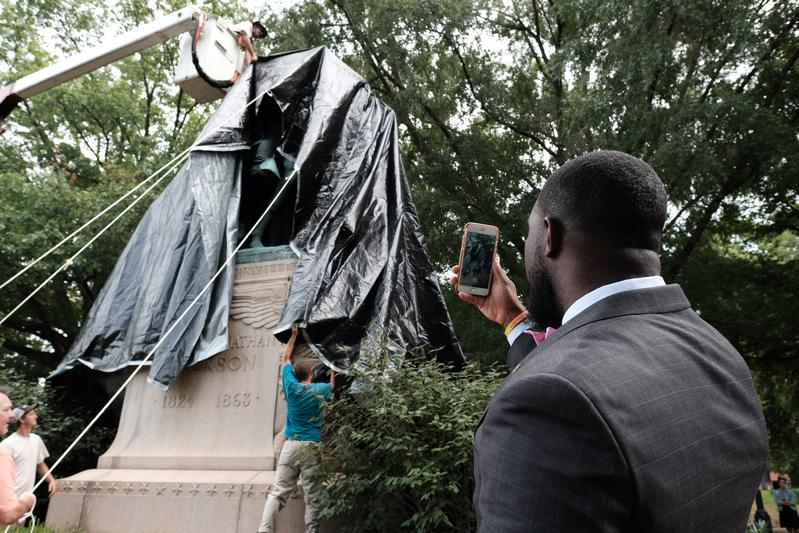 Charlottesville shrouds divisive Confederate statues in black cloth https://t.co/5Wv5r9fG65