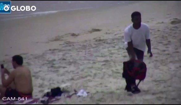 Imagens mostram criminoso assaltando turista na Praia de Copacabana. https://t.co/bU3onpbes7 [@OGlobo_Rio]