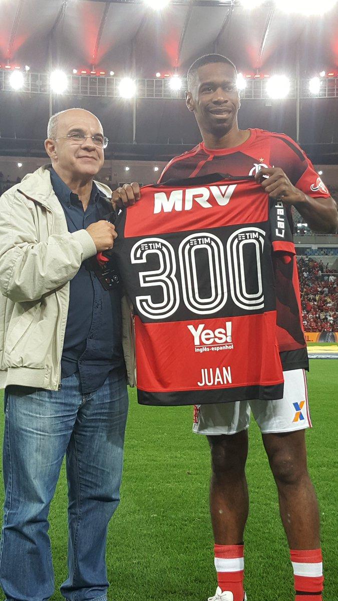 Juan, 300 jogos!! O presidente Eduardo Bandeira de Mello entregou ao zagueiro uma camisa comemorativa da marca. Parabéns! #SomosTodos