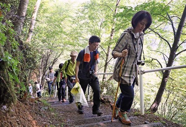 日航機墜落事故から32年、御巣鷹に慰霊登山 遺族や関係者が犠牲者520人悼む sankei.com/…