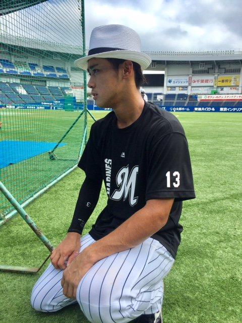 サマーハットを被り、遠くを見る平沢選手。(広報) #chibalotte