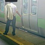 最低すぎる!閉まりかけた電車のドアに傘を挟んで緊急停車・・・