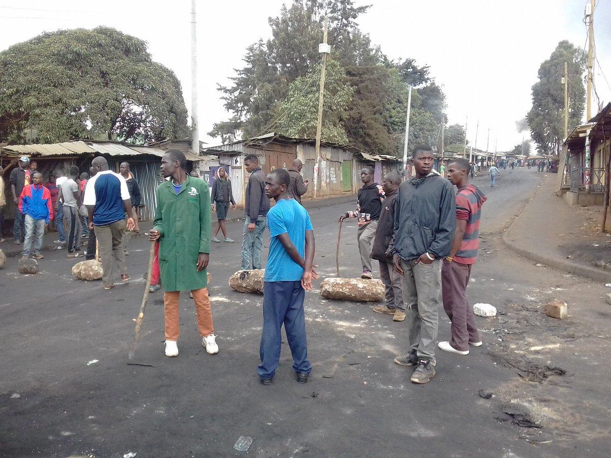 EN DIRECT - #Kenya: A #Kibera les manifestants bloquent les routes, scandent &quot;No raila No peace.&quot; (Photo @MlleCsn) #urgent #alerteinfo <br>http://pic.twitter.com/A0DgRv0Sxs