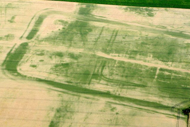 Cropmarks of the #Roman fort and amphitheatre at Newton Kyme in North Yorkshire #RomanBritain #NorthYorkshire<br>http://pic.twitter.com/gUjJ39ZVMM