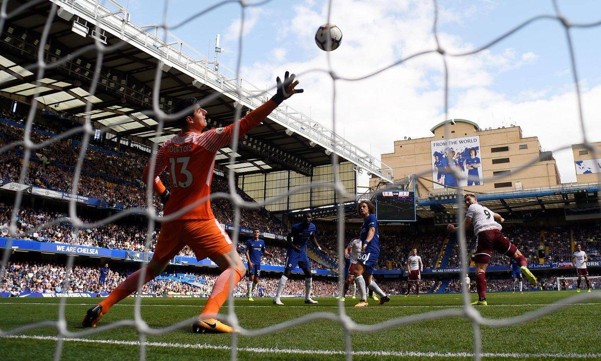 #PL | #CHEBUR  Chelsea s'incline 3-2 contre Burnley pour son premier match !  Cahill et Fabregas ont été expulsés !  pic.twitter.com/vqw9wxinHX