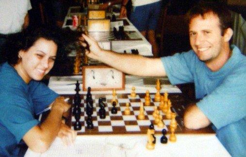 Maridão e eu nos conhecemos jogando xadrez. Esta é a única foto q temos jogando xadrez, 1/4 de século atrás  https://t.co/NwNsrOiIFN