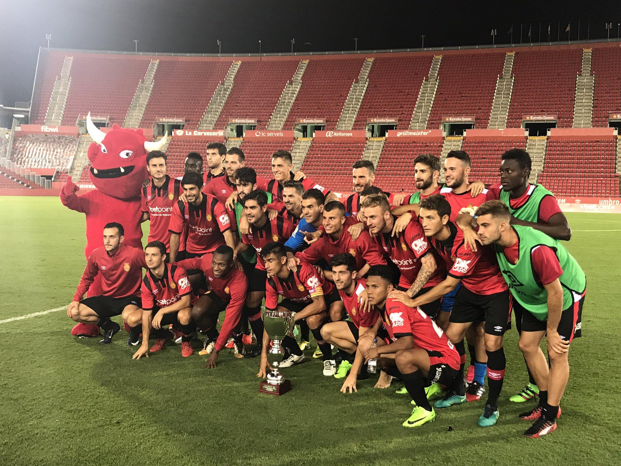 ⚽️�� La plantilla del Reial Mallorca celebra el triomf al 42 trofeu Ciutat de Palma. Enhorabona! ���� ��⚫️ #tocaremar https://t.co/g9Q1KTGdzR