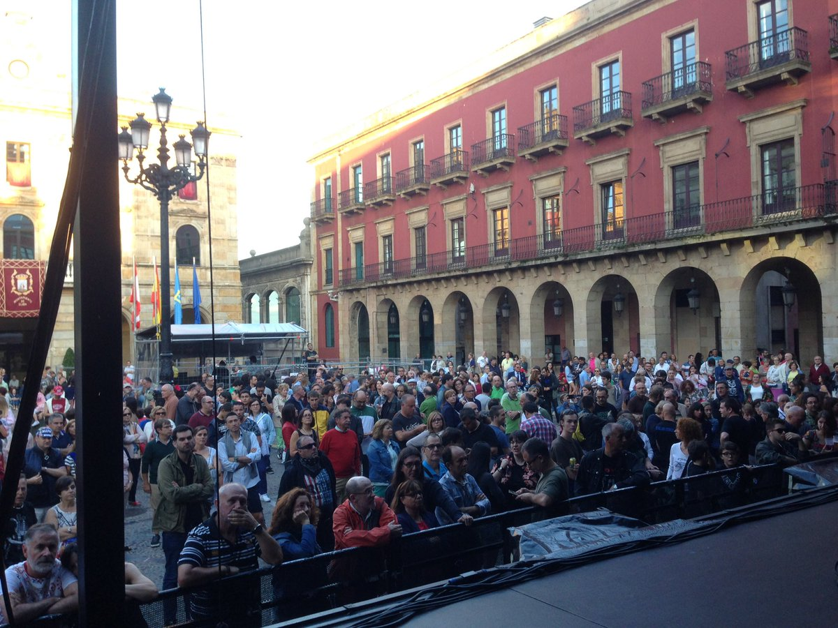 Thanks to all you lovely people who came down to see us this evening. It was awesome! Gijon rocks! @weddingpresent @CharlieHelden #encore??? <br>http://pic.twitter.com/oIuIQogaik