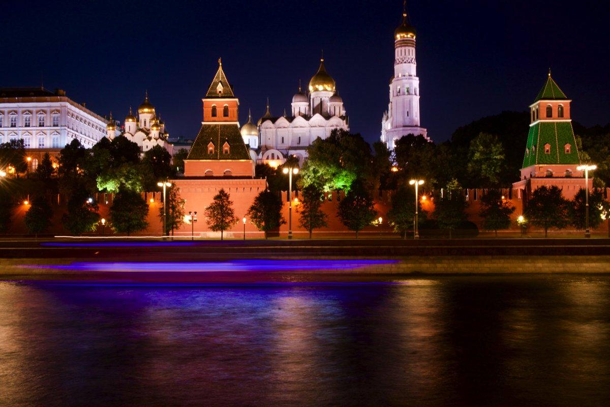Fantastic #Moscow at night: The #Kremlin sleeps. <br>http://pic.twitter.com/DsLGqmjFVJ