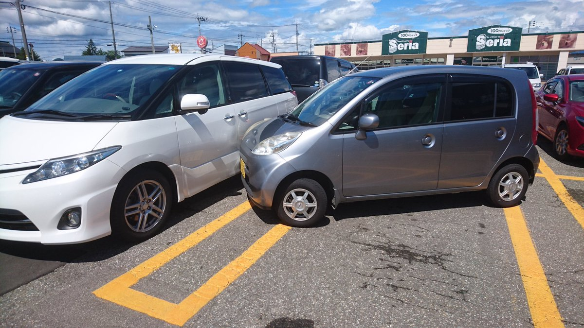 スーパーの駐車場に家の車置いてたらドライブギアに入ったまま運転手がいなくなった車がおもいっきり横から…