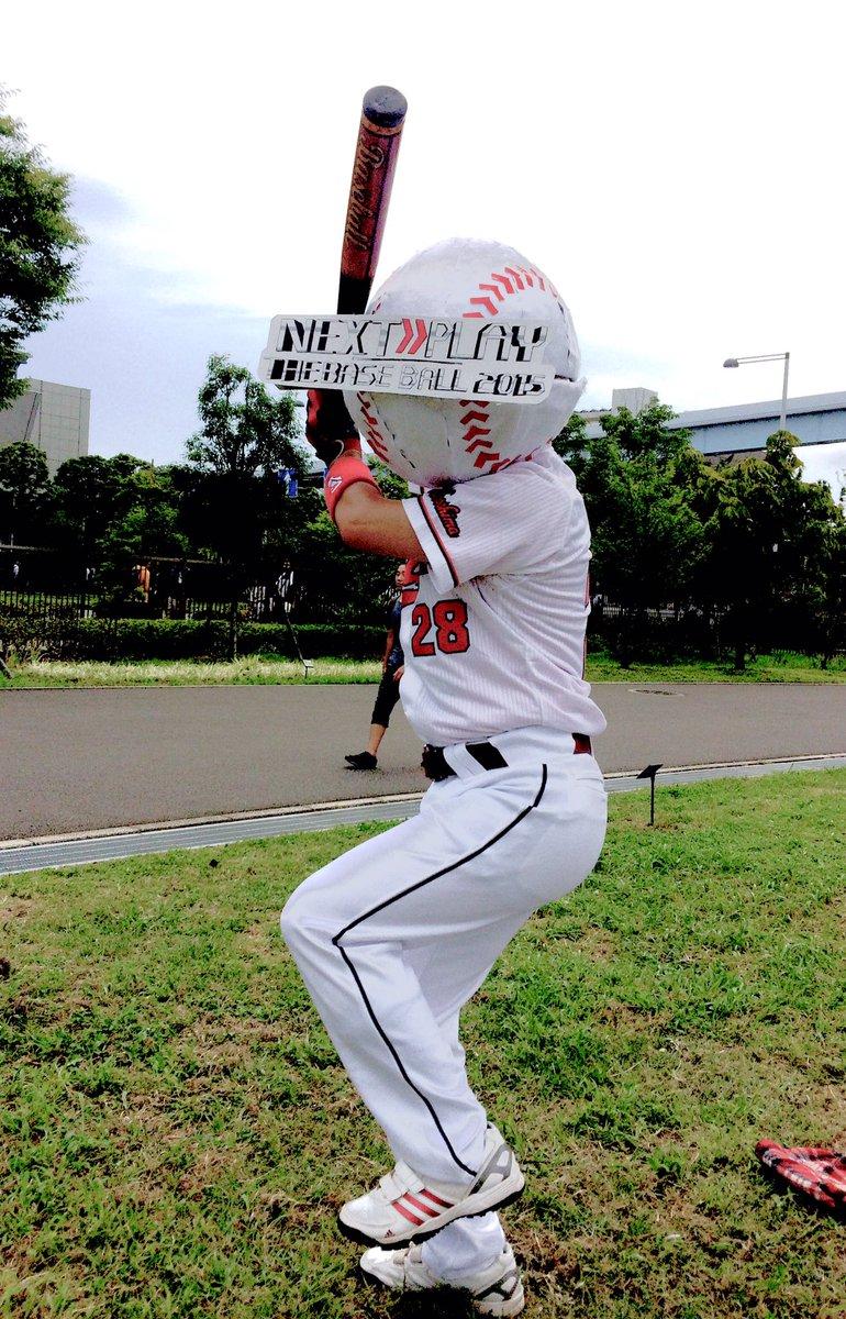 コスプレ広場で一際目立っていた 「テレビ番組で番組ロゴが被ってしまった広島東洋カープ新井選手」 のコ…