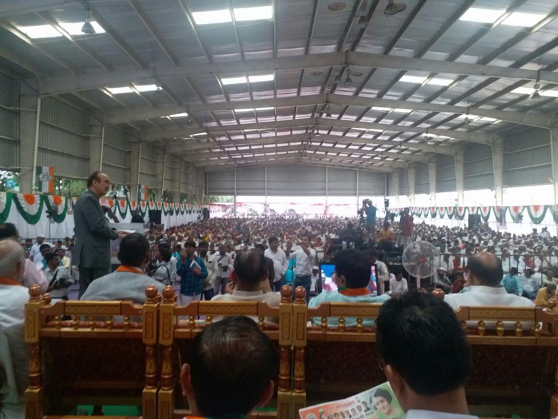 Opposition leader Shri Gulam Nabi azad In #Aurangabad  #Maharashtra Addressing people @SalmanNizami_ @ghulamnazad @jitendradehade @INCIndia<br>http://pic.twitter.com/LbiW8e1wM1