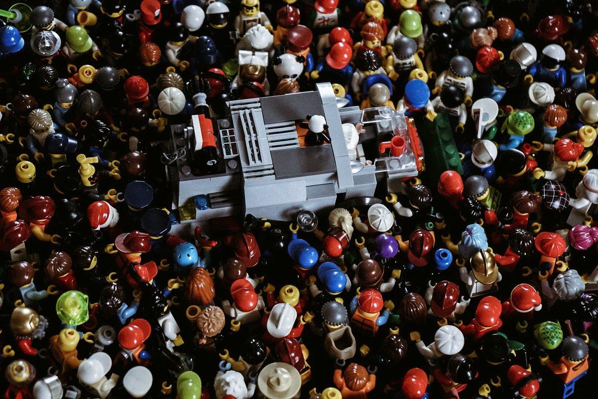 例えば、無造作にLEGO の人形を車の周囲に配置してみる。するとゾンビ映画のワンシーンの再現が出来上…