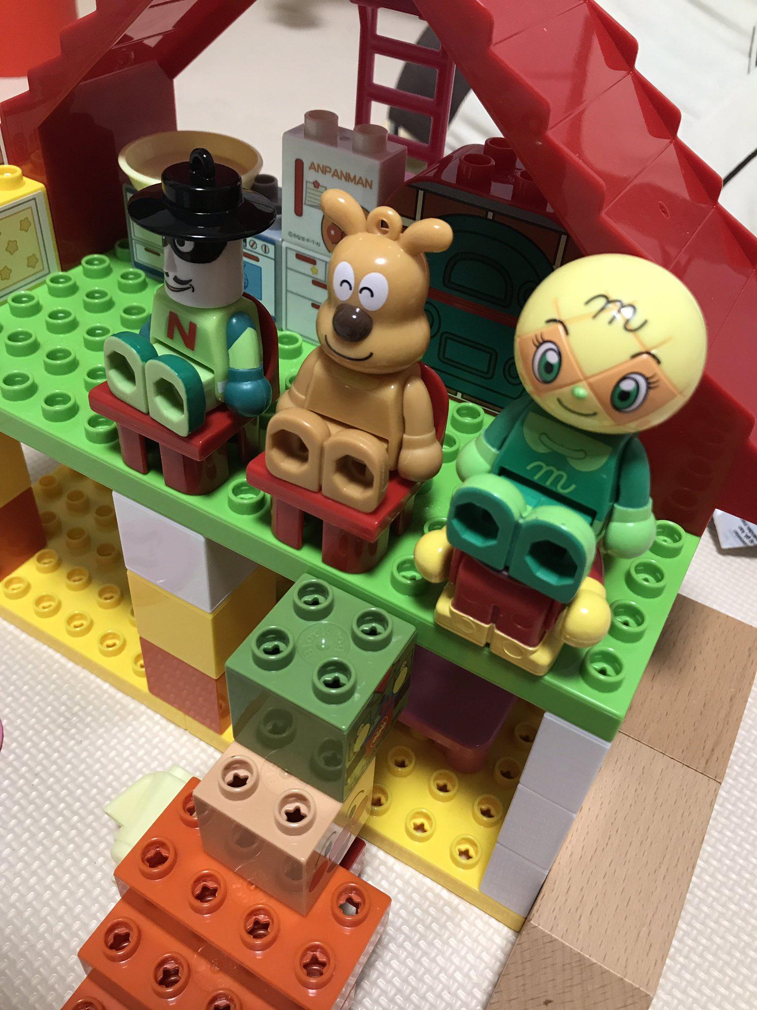 子ども(3歳)が遊んでるアンパンマンブロックをよく見たら椅子がひとつ無慈悲すぎ