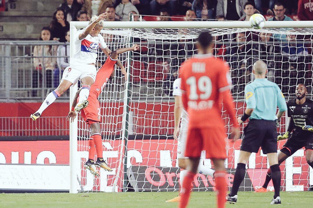 Il est quand même sacrément haut ! #AirMariano #Mariano #TeamOL #SRFCOL  pic.twitter.com/LkscF5K9fi