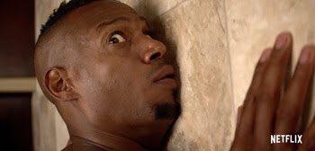 『ネイキッド』結婚式直前に、教会の鐘が鳴るたび素っ裸でエレベーターに閉じ込められるタイムループに巻き…