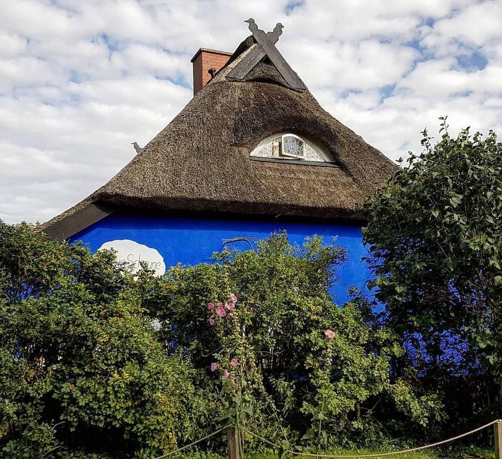Die Blaue #Scheune in Vitte. // TheBlue Barn in the #village of Vitte on the GermanBaltic Seaisland of#Hiddens…  http:// bit.ly/2uAqqQW  &nbsp;  <br>http://pic.twitter.com/tAaUKQ32sU