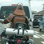 現世の侍たちは、鎧着たまま馬じゃなくて、バイク乗ってる!