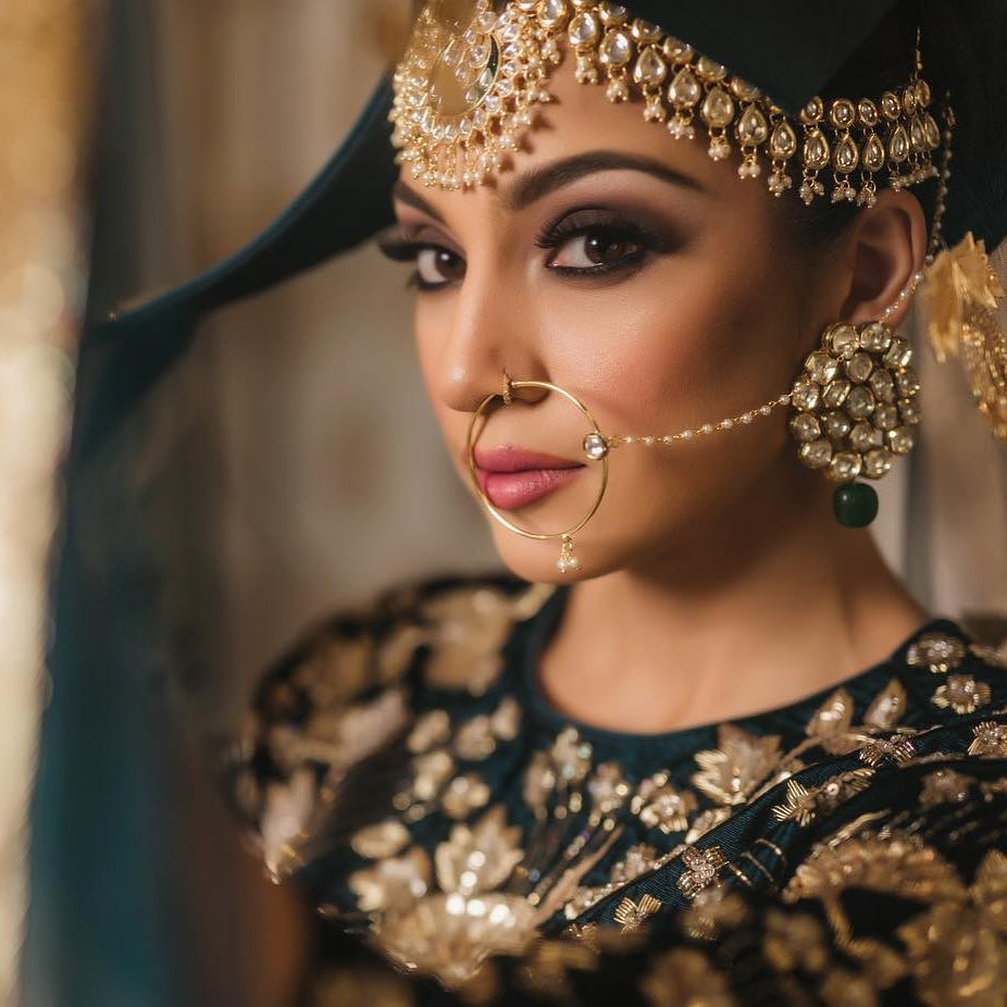 #Spotted: #gorgeous #bride &amp; #love the #dark #green #ensemble. For more #checkout our #Inspiration #gallery!  http:// bit.ly/2hWq55g  &nbsp;   #potd<br>http://pic.twitter.com/OBPjfT3ngO