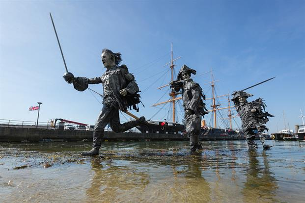 To celebrate the 5th #PiratesoftheCaribbean film, statues were placed across British shores to promote the film  #stunts #JohnnyDepp<br>http://pic.twitter.com/pdXCUWt48c