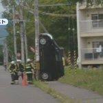 垂直になった車を電柱が支えてる?!中にいた女性に怪我はないけど…