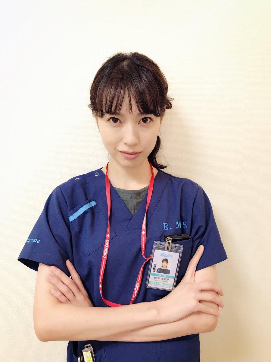 腕を組む戸田恵梨香