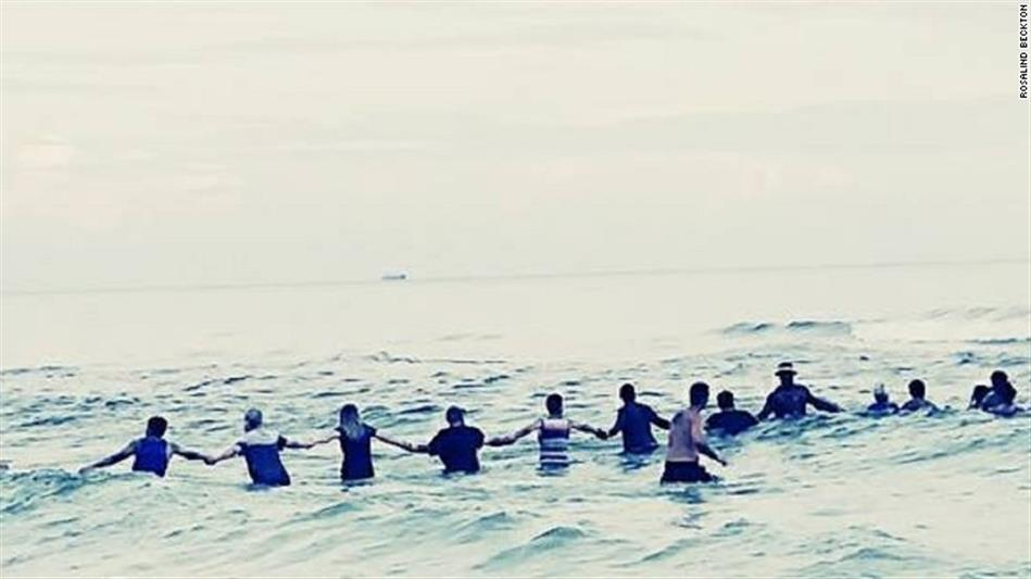 Corrente humana de 70 pessoas salva família de se afogar em praia na Florida https://t.co/x1AfMuEdbH