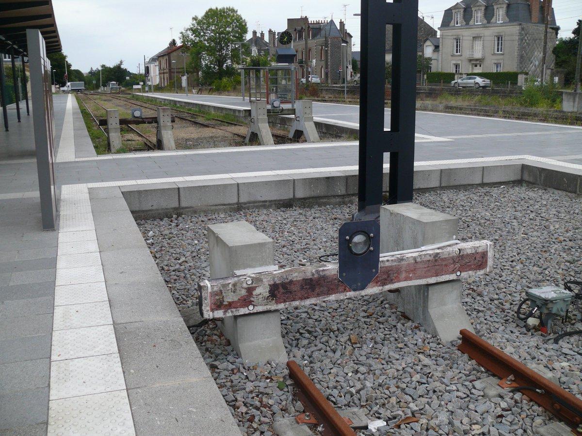 C'est les #vacances ! #Chateaubriant Loire-Atlantique. Double terminus ! D'un coté le #TER vers #Rennes, de l'autre #tramtrain vers #Nantes pic.twitter.com/Fsl3JfsBVb