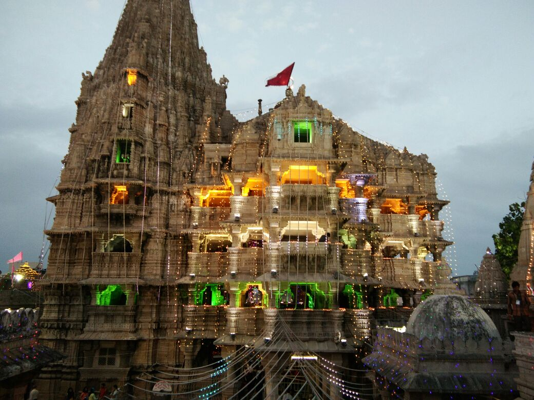 Flood of devotees at Dwarka and Dakor on Janmashtami, idols to be decorated with special ornaments at midnight