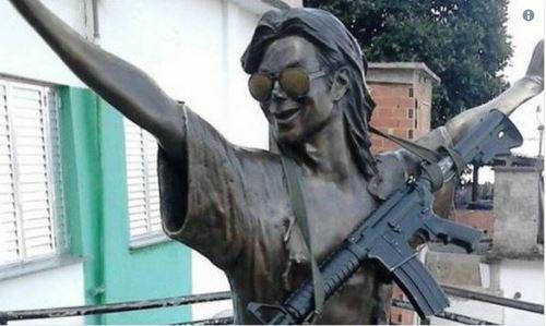 RIO: Traficantes põem fuzil em estátua de Michael Jackson em morro onde foi gravado clipe https://t.co/99voYo8pCn