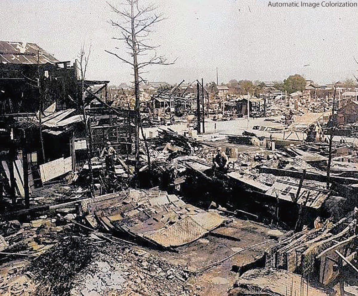 72年前の今日。1945年8月15日,小田原空襲。402戸が被災,12人が死亡。伊勢崎または熊谷を攻撃した部隊が,余った爆弾を投棄したものと推測されている。写真は市内万年町3丁目付近のもの。ニューラルネットワークによる自動色付け。