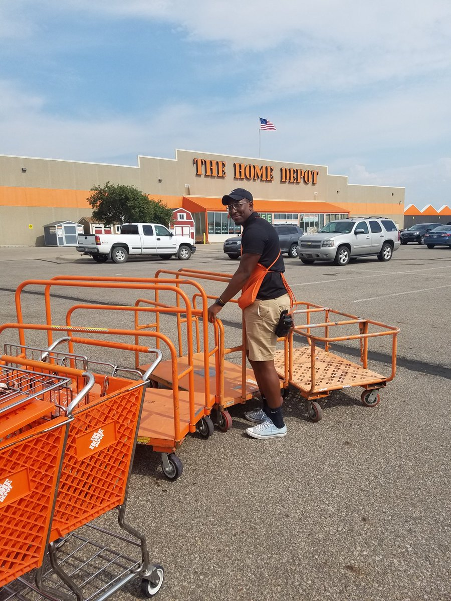 JJ is showing  great #EntrepreneurialSpirit, going for 3 carts at a time!!  #CartRoundup #CustomerService<br>http://pic.twitter.com/FQYgGCqoPH