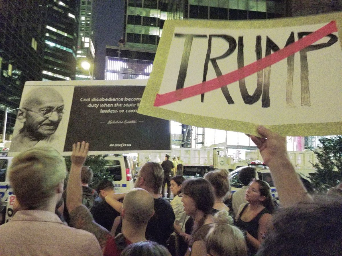 New York: Presidente USA arriva alla sua Trump Tower con una marea di proteste