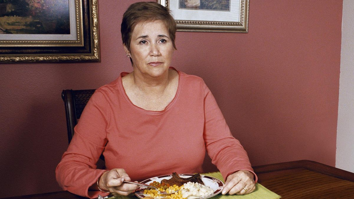 Mom Sits Down For Dinner 3 Months After Rest Of Family Finishes Meal trib.al/Gt6a9N4