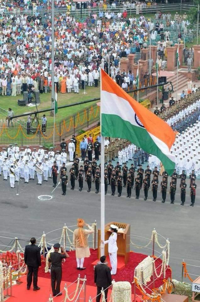 #PicOfTheDay  Prime Minister Shri @narendramodi unfurls the tricolor at Red Fort,New Delhi. #स्वतंत्रतादिवस  #IndependenceDayIndia  जय हिंद<br>http://pic.twitter.com/GDcriNgNr7